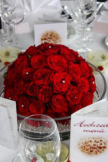 tischdeko weinrote rosen creme einladungen deko und. Black Bedroom Furniture Sets. Home Design Ideas
